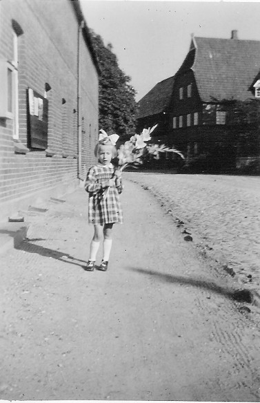 Lisa_mit_Blumen1955
